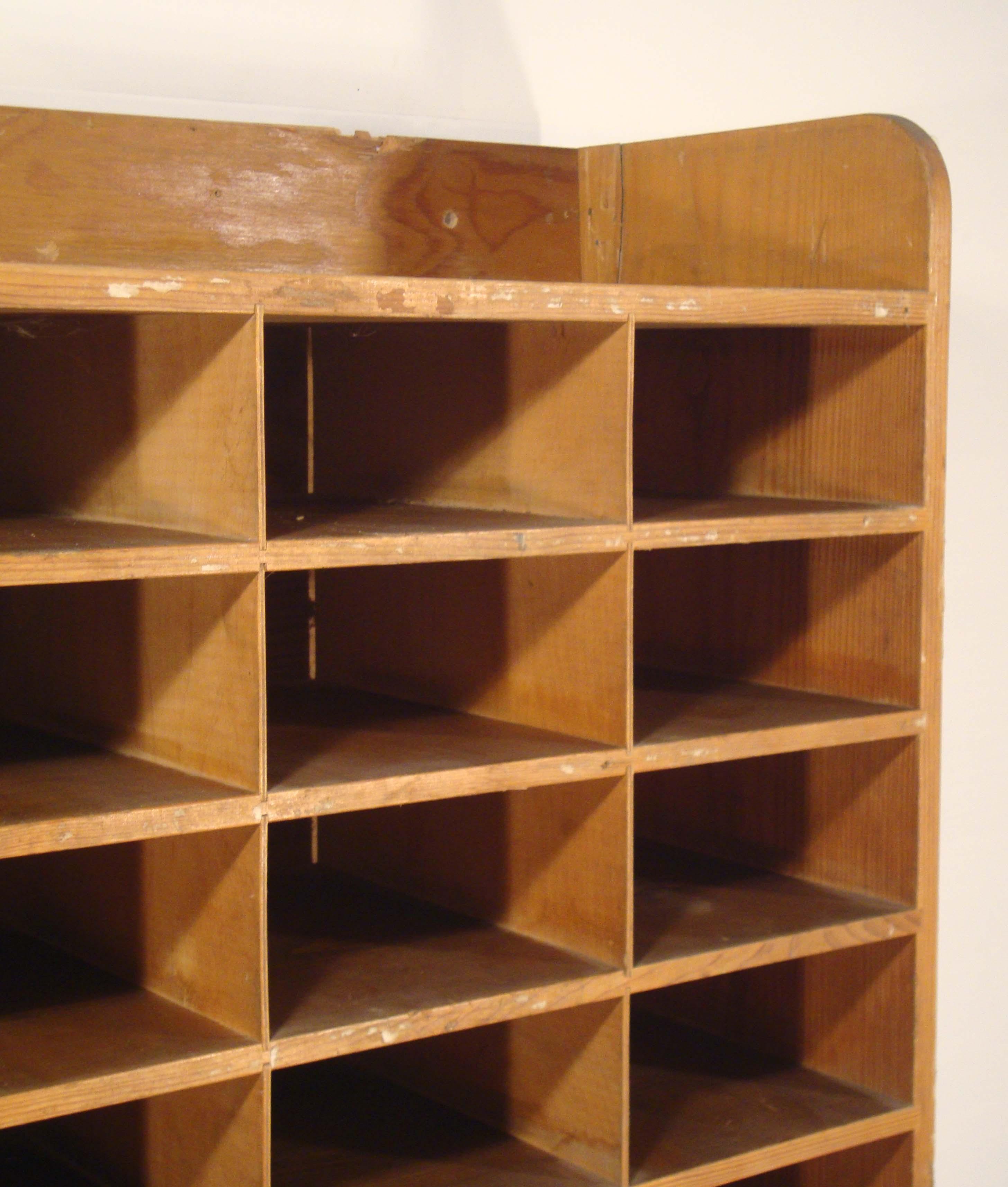 ancien meuble de tri postal en bois trs pratique pour ranger plein. Black Bedroom Furniture Sets. Home Design Ideas
